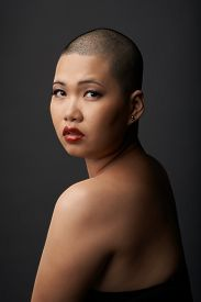 foto of shaved head  - Naked Asian woman with shaved head looking backward  - JPG