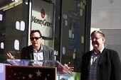Los Angeles, ca feb 14: Hank Azaria; Matt Groening im Rahmen einer Zeremonie als matt Groening erhält einen Stern