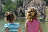 Kleine Mädchen Blick auf Wasser