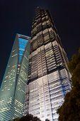 Vista de noche de Shanghai World Financial Center y la Torre Jin Mao.