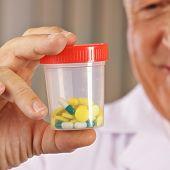 Arzt mit verschiedenen Tabletten in einem Beh�?�?�?�¤lter