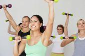 Gruppe von Menschen, die Bewegung im Tanz-Studio mit Gewichten