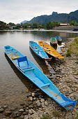 Barco tradicional de longtail Laos em Vang Vieng, Laos