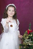 meisje versiert de kerstboom