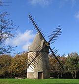 Molino de viento en una colina en Francia