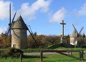 Un par de molinos de viento en Francia Rural