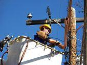 Trabajadores de la energía en una canasta