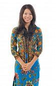Sudeste asiática mulher em roupa de batik tradicional kebaya isolado fundo branco