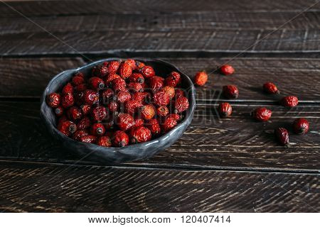 Постер, плакат: Rosehip Berries In A Clay Bowl, холст на подрамнике