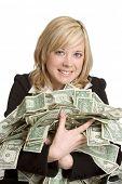 Mulher segurando o dinheiro
