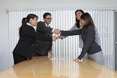 Unternehmensberatungs-und Organisationsfachkräfte Handschlag auf eine Einigung