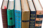 Pila de viejos libros antiguos sobre fondo blanco