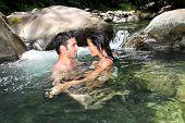 Pareja que se bañaba en el agua del río dulce
