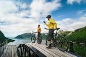 Dois ciclistas relaxar Bike