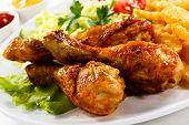 Muslos de pollo a la plancha con patatas fritas y verduras
