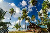 Cabaña de playa y arena blanca