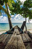 Mar y canoa de madera