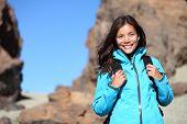Pessoas caminhando. Mulher alpinista olhando para câmera sorrindo retrato feliz. Multicultural jovem capaci