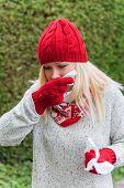 eine junge Frau hat eine Erkältung und eine Erkältung. der Herbst ist die Zeit für die Grippe, Erkältungen und Grippe
