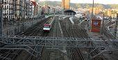 Zug. Gleise und Oberleitung