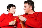 Junges Paar hat ein Datum und sie trinken Wein.