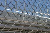 Gradas detrás de la cerca