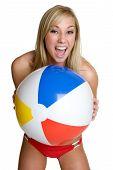 Menina feliz bola de praia