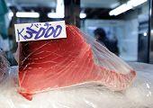 frischen roten Thunfisch-Scheiben in Tsukiji Fisch Markt, Tokyo, japan