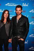 LOS ANGELES - 7 de MAR: Adan Canto llega a la fiesta de finalistas de