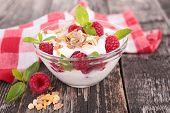 muesli,yogurt and berry