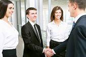 Pessoas de negócios, agitando as mãos no escritório