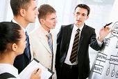 Jóvenes discutir negocios plan de reunión
