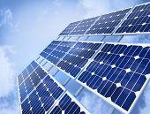 Panel solar contra el cielo azul