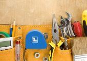 herramientas en correa de construcción en textura de fondo de madera