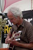 Alan Reis aus Exeter basierte-Band Schlammspringer, die live im akustischen Café an der Exeter-res
