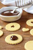 Prozess der Shortbread Kekse backen knallt mit Schokolade