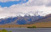 Nevadas montañas por encima de un lago remoto
