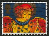 UK - CIRCA 1998: Um selo imprimido no Reino Unido mostra a imagem de um anjo é um ser sobrenatural ou espírito, nos