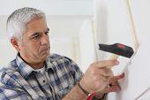 Hombre de pelo gris reparación casa