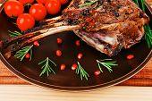 Hammelfleisch Rippen serviert auf Platte, über Holz