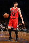 BROOKLYN, NY-APR 22: Chicago Bulls shooting guard Kirk Hinrich handles the ball during a game at Bar