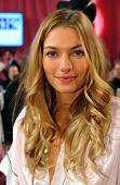 New York ny November 13: model Jessica Hart hinter den Kulissen bei der 2013-Victoria secret Modeschau