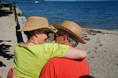 romantische elderly Couple embracing am See