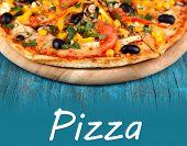 Pizza saborosa no close-up de mesa de madeira azul