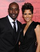 LOS ANGELES - MAR 05:  Halle Berry & Morris Chestnut arrives to the