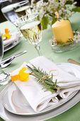 Narzissen Tabelleneinstellungen. Vereinbarungen mit gelben Narzissen und frischer Rosmarin