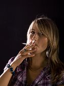 Joven mujer fumando