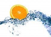 Orange in ein Wasser auf weißem Hintergrund