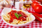 Постер, плакат: Итальянские макароны с томатным соусом и орегано