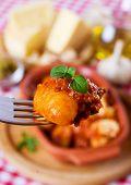 Gnocchi di patata, fideos de patata italiano con boloñesa de salsa